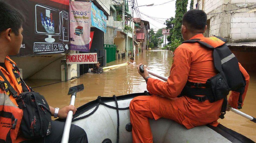 Berperahu Karet, Petugas Bujuk Warga Cipinang Melayu untuk Ngungsi