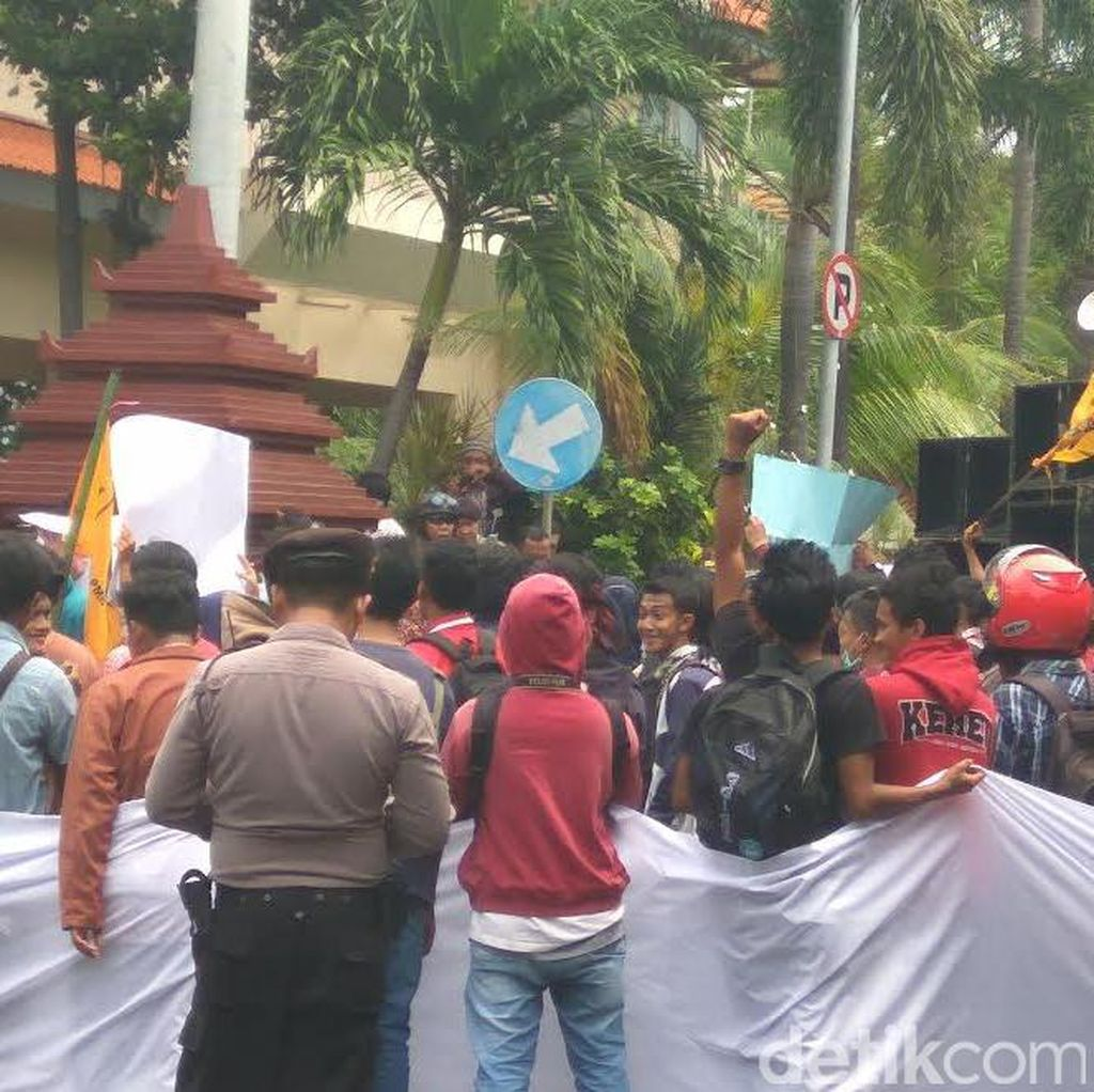 Warga Lamongan Demo, Tuntut Bupati Perbaiki Jalan Rusak