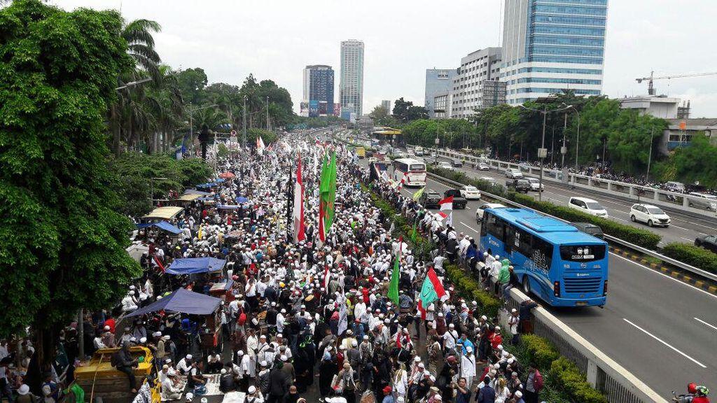 Penampakan Massa Aksi Damai 212 Memutihkan Jalan di Depan DPR