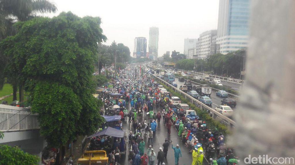 Massa Aksi 212 Penuhi Depan Gedung DPR, Lalin Macet