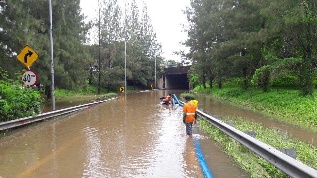 Banjir di Kolong Tol Cikunir Belum Surut, Lalin Masih Dialihkan