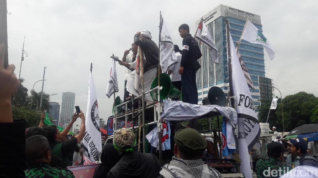 Aksi 212 Usai, Masih Ada Massa yang Lanjut Orasi di Depan DPR