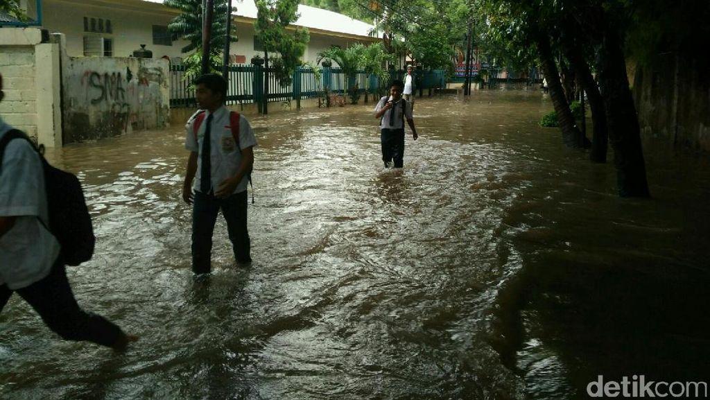 Banjir Rendam SMPN 124 Kemang, Siswa Tetap Laksanakan Ujian