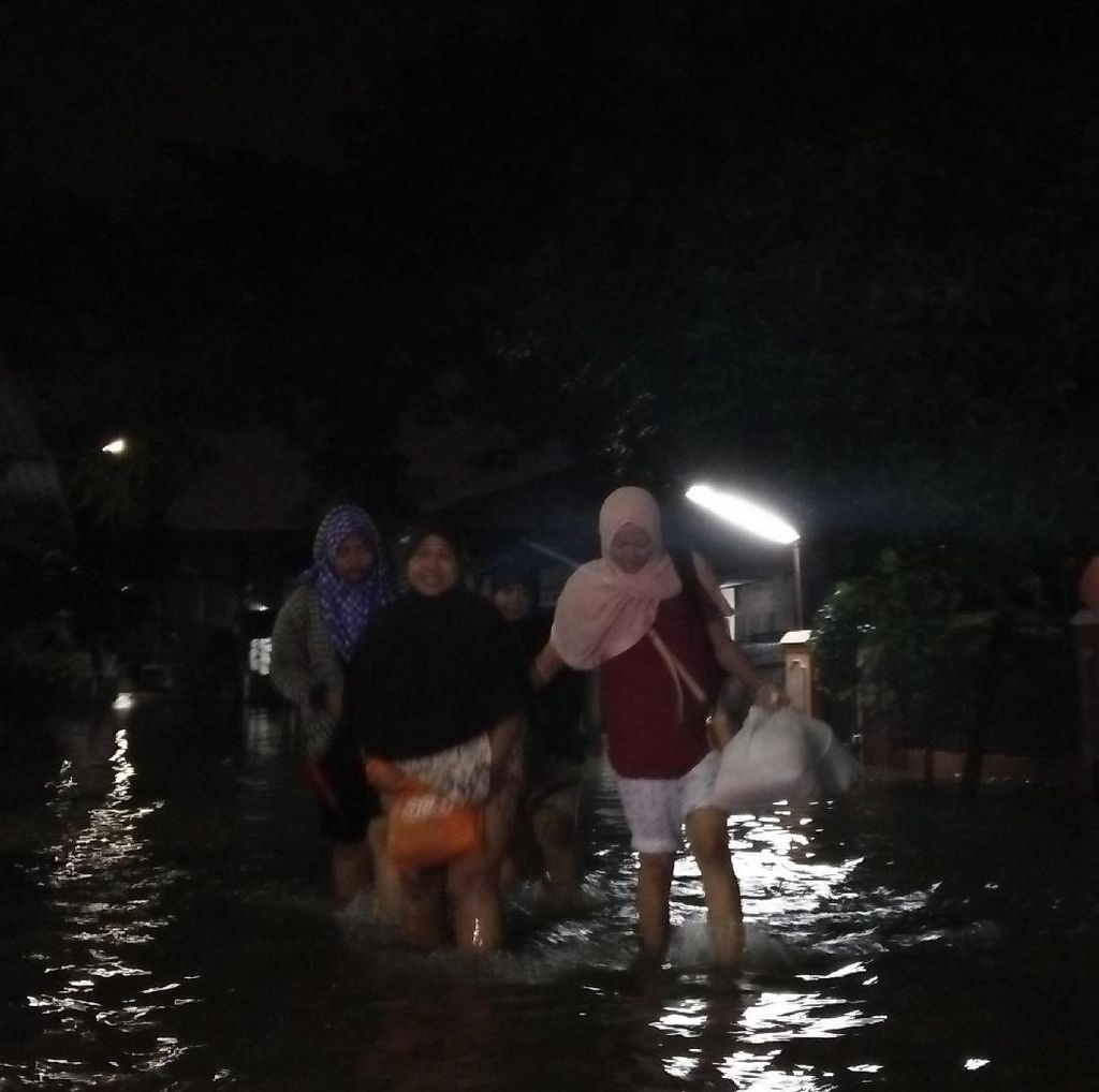 Banjir di Depan Ciledug Indah Tangerang Sebabkan Lalin Macet