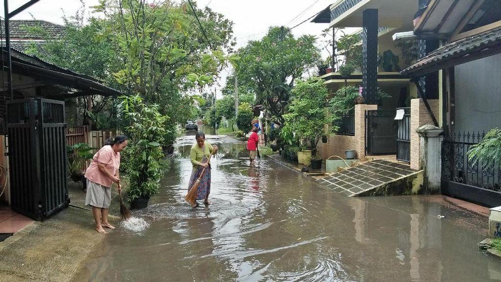 Banjir 1 Meter di Ciputat Mulai Surut, Warga Bersih-bersih