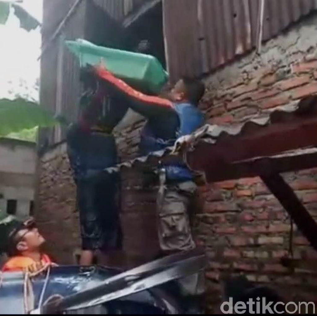 Banjir di Cipinang Melayu, Ibu dan Bayi Dievakuasi Lewat Jendela