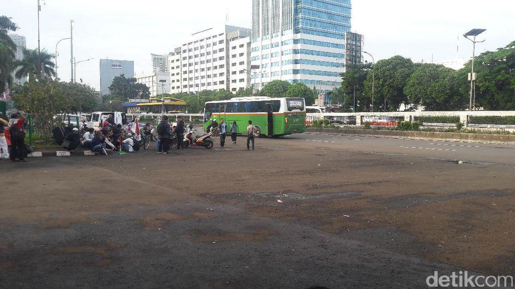 Massa Aksi yang Orasi di Depan Gedung DPR Bubar
