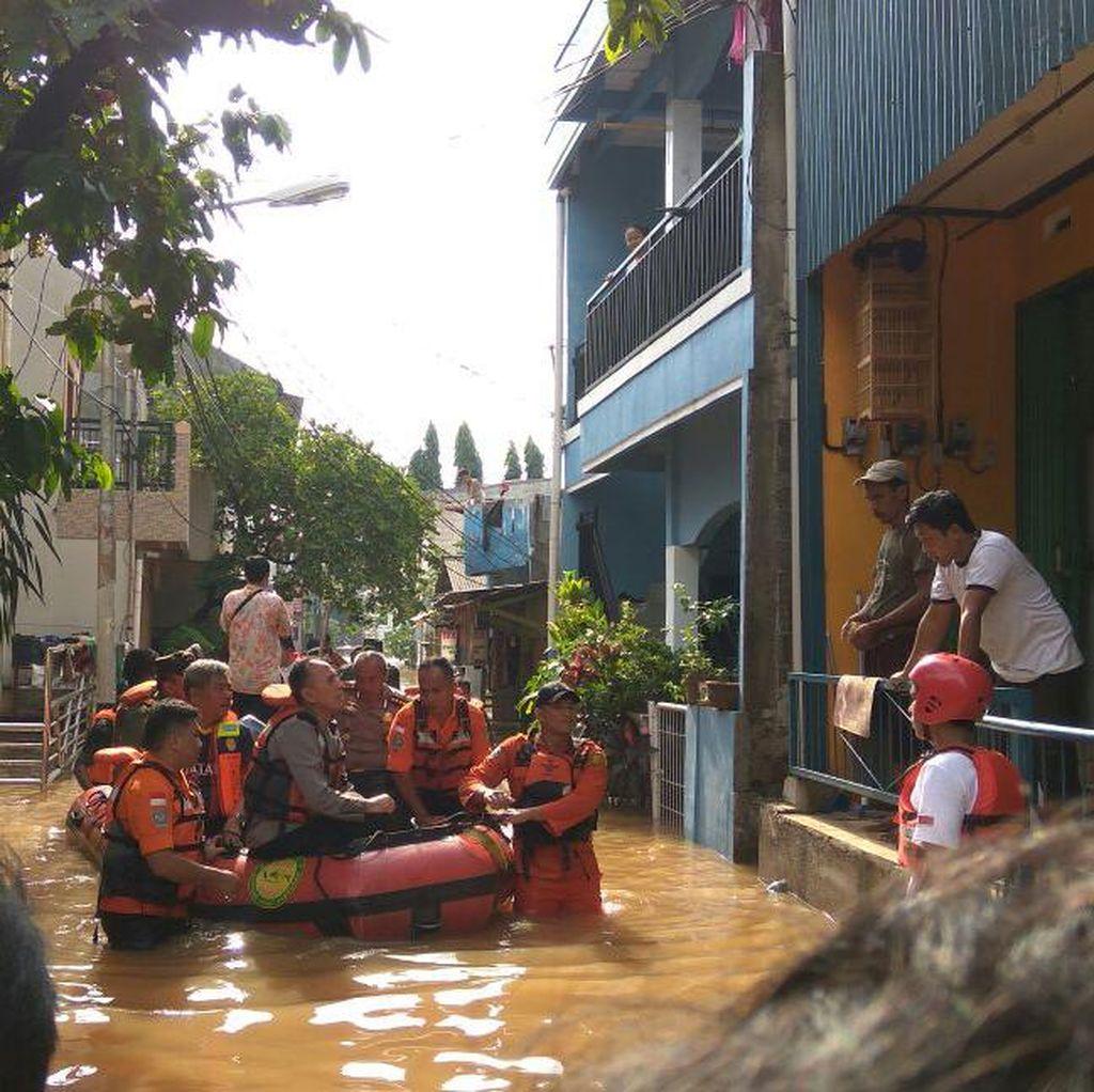 Kapolda-Pangdam Susuri Banjir Cipinang Melayu dengan Perahu Karet