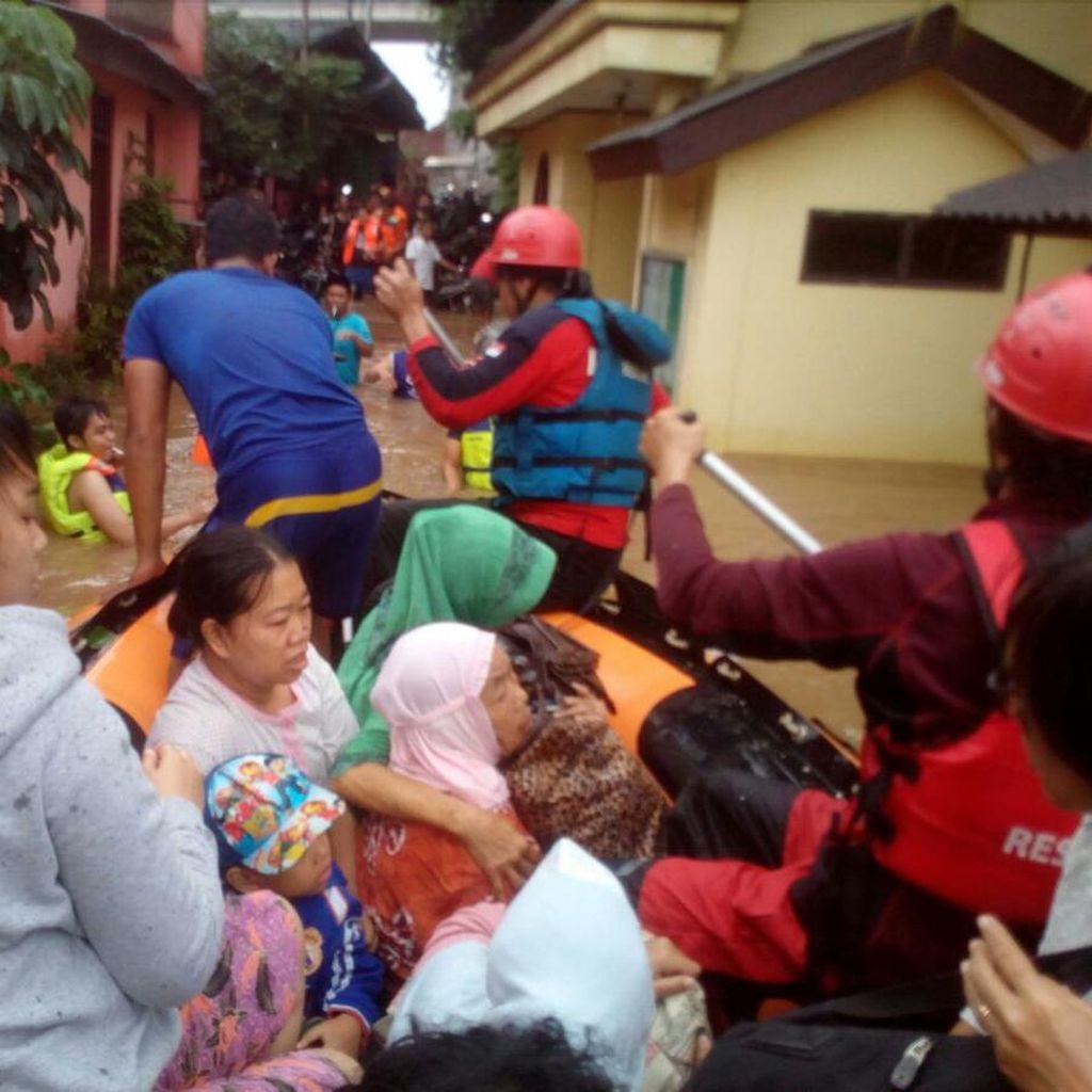 Potret Heroik Petugas Saat Evakuasi Korban Banjir Jakarta