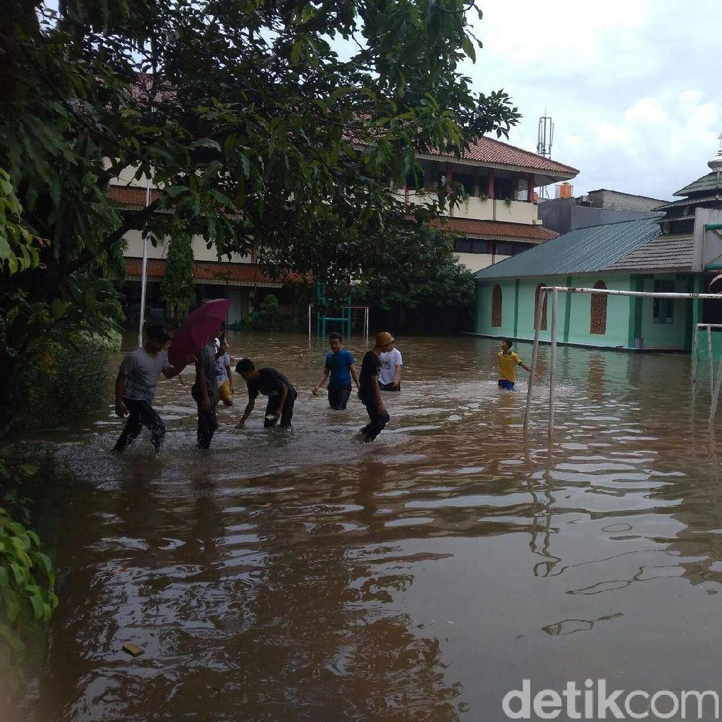 SMPN 124 Jakarta Jadi Kolam Renang