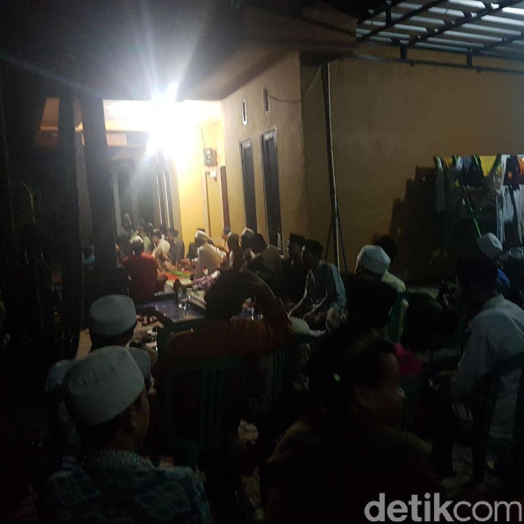 Keluarga Bersama Warga di Serang Berdoa untuk Siti Aisyah