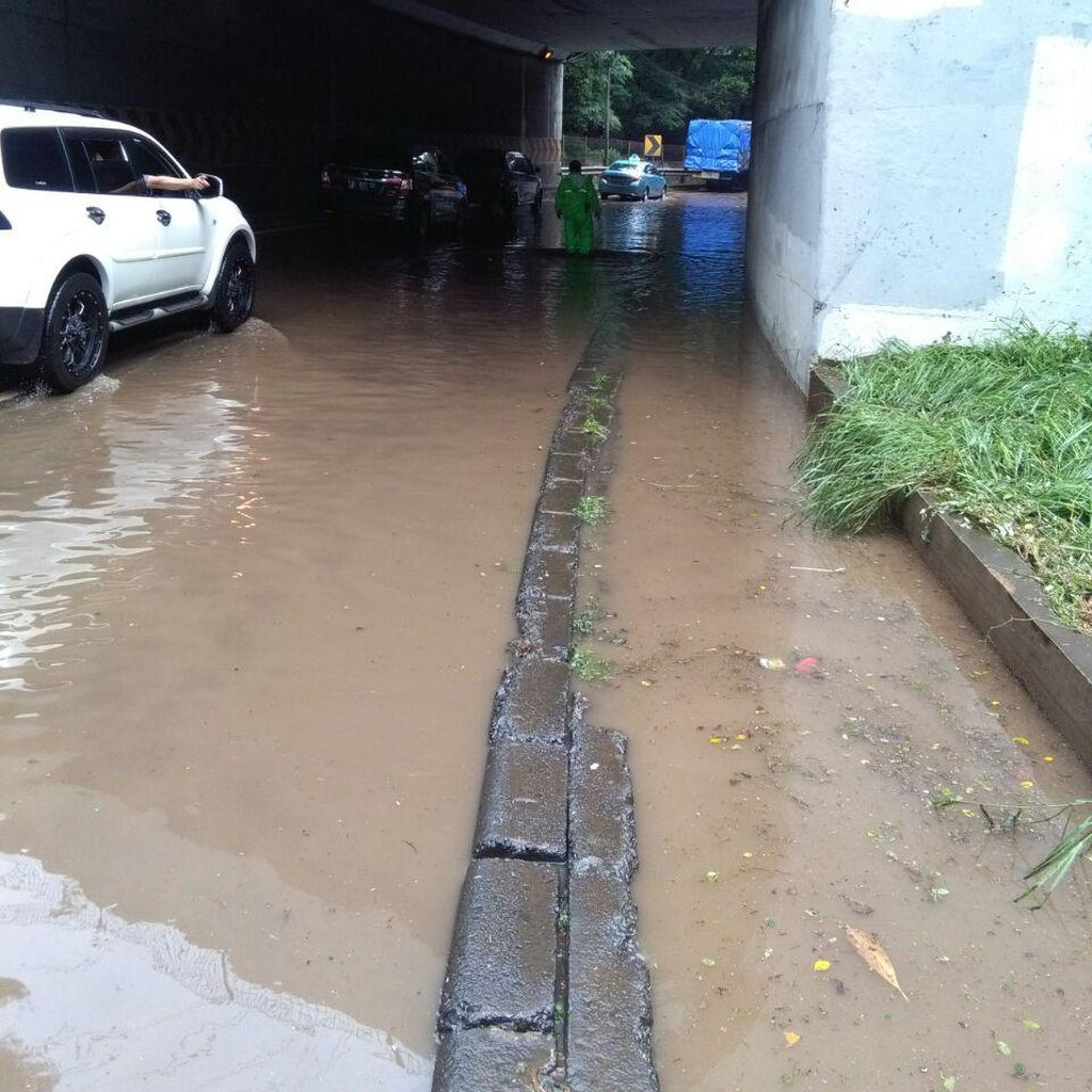 Penampakan Terkini Terowongan Cawang, Air Masih Menggenangi Jalan