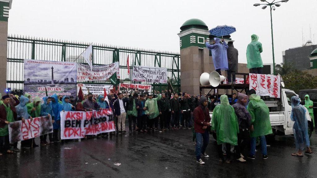 Meski Hujan, Massa Aksi 212 Mulai Berdatangan Ke Depan Gedung DPR
