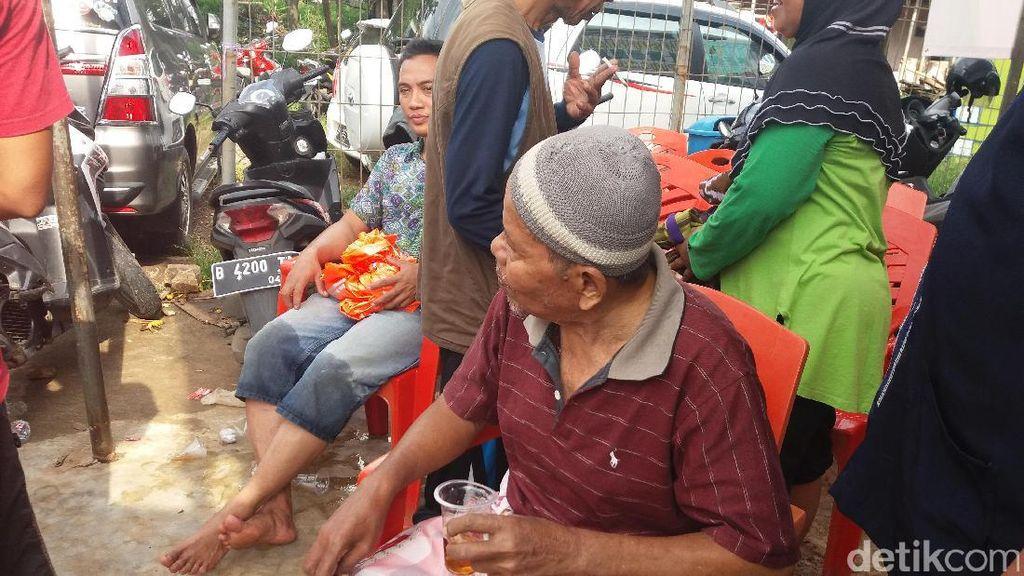 Kisah Kakek Satiman yang Akhirnya Berhasil Dievakuasi Warga