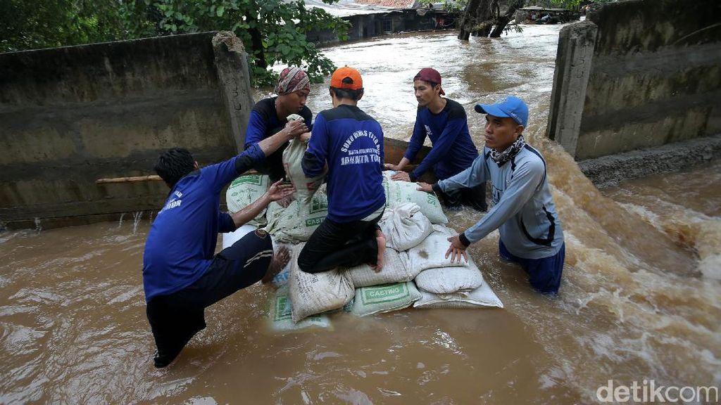 Pasukan Biru Berjibaku Tutup Tanggul Jebol di Cipinang Indah