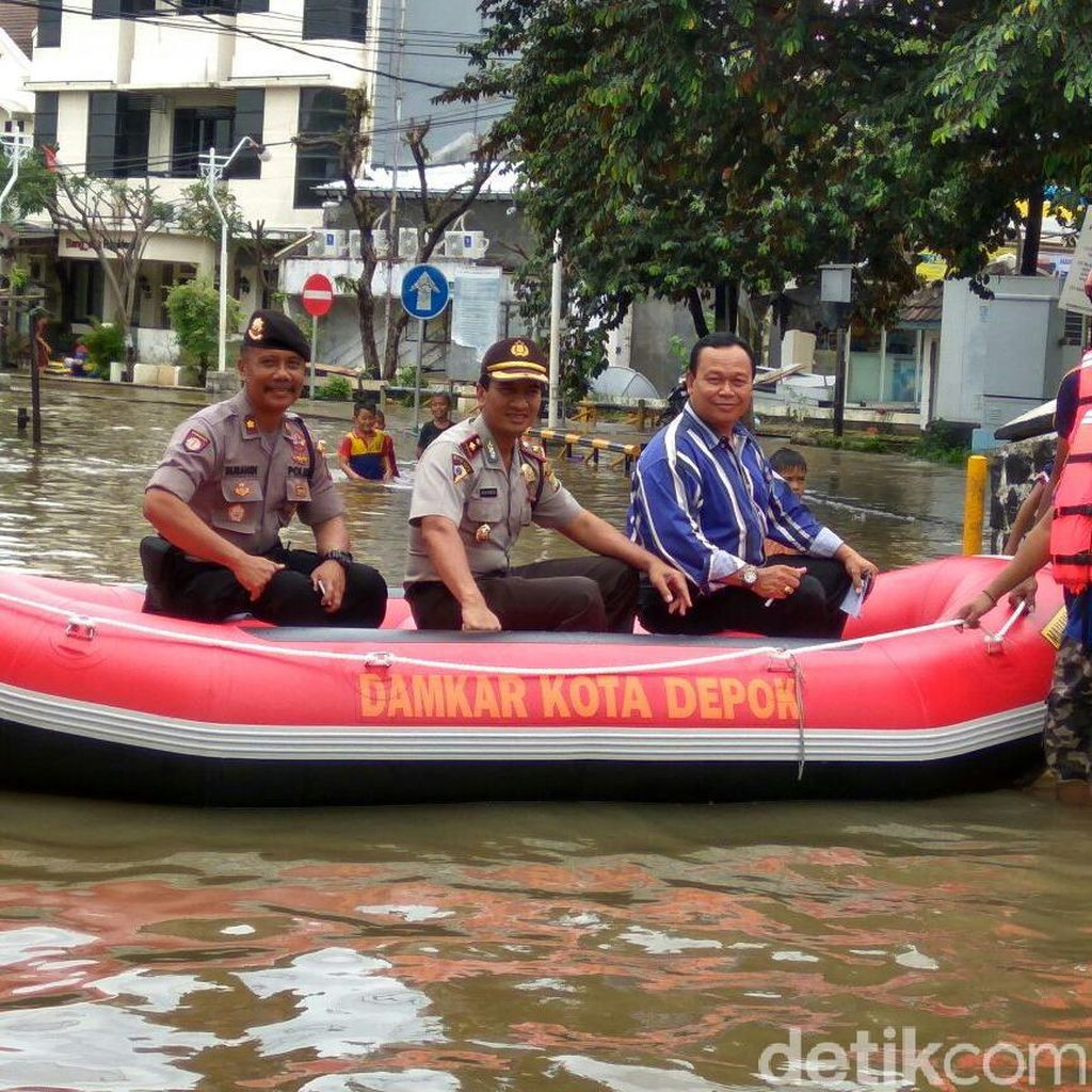 Polisi Bantu Seberangkan Warga yang Terdampak Banjir di Depok