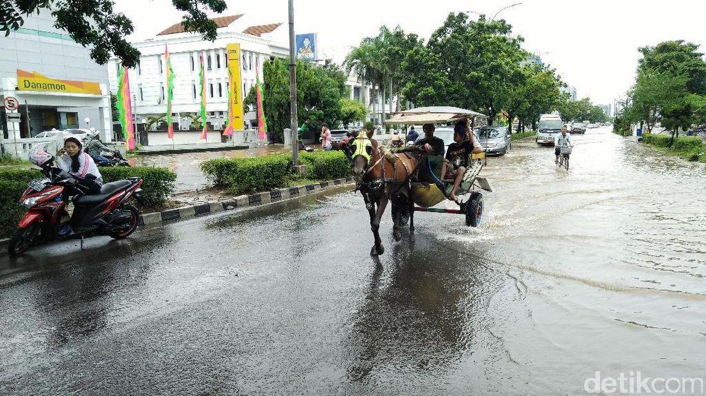 Naik Delman Terobos Banjir Kelapa Gading, Warga Bayar Rp 60 Ribu