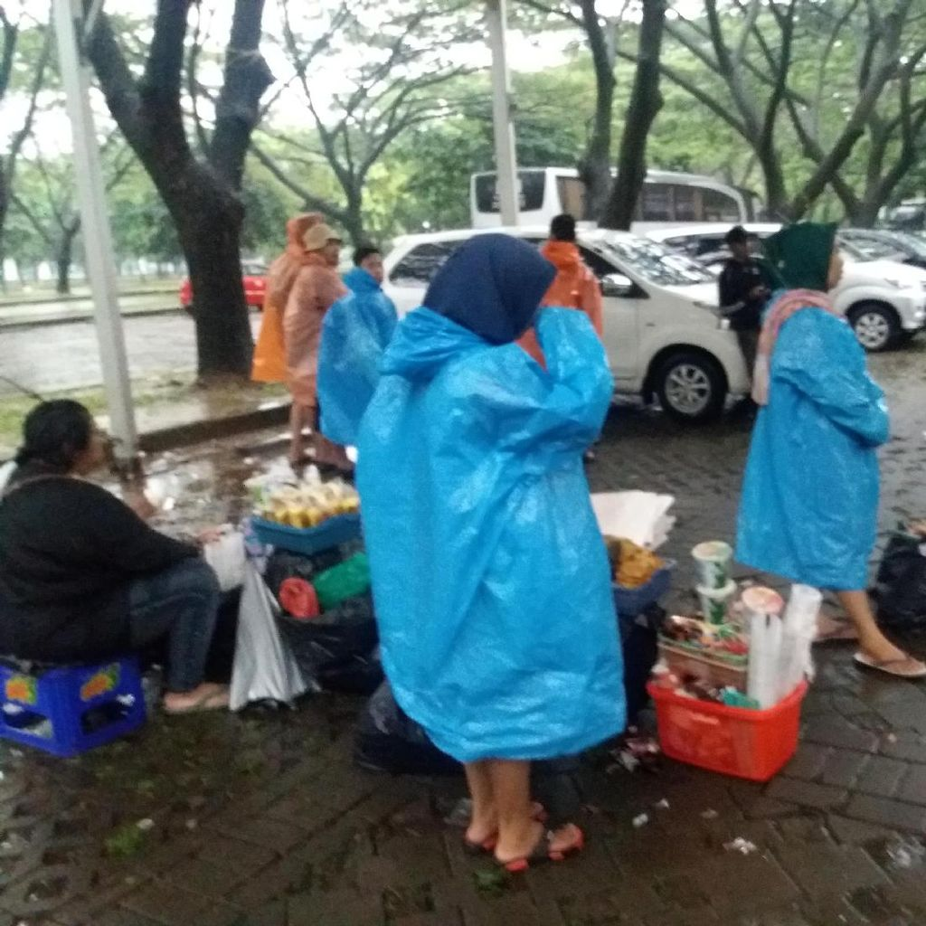 Hujan Deras, Massa Aksi 212 Jilid II Datangi Parkir Timur Senayan