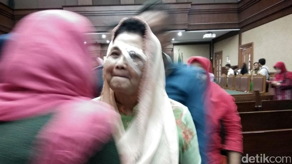 Mantan Menkes Siti Fadilah Jalani Sidang dengan Mata Diperban