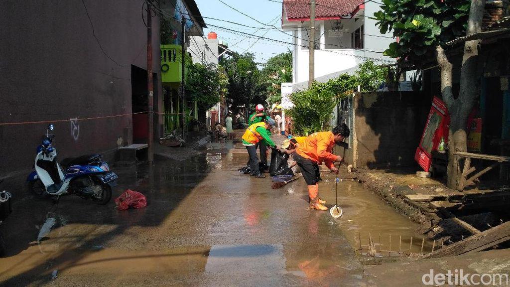 Momen Warga Cipinang Melayu Bersih-bersih Sampah Pascabanjir