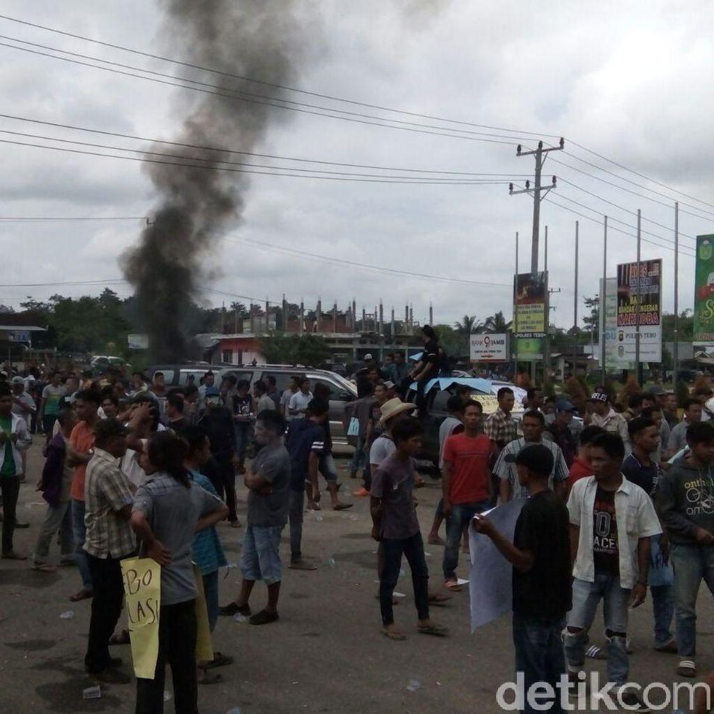 Demo Pleno KPU Tebo Jambi Rusuh, 1 Anggota Brimob Terluka