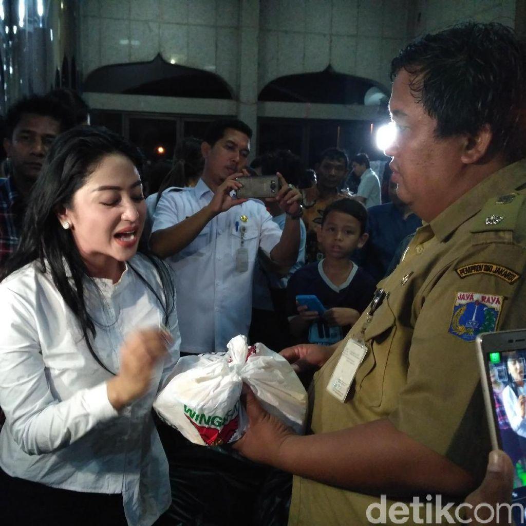 Cathy Sharon dan Dewi Persik Tengok Korban Banjir Cipinang Melayu