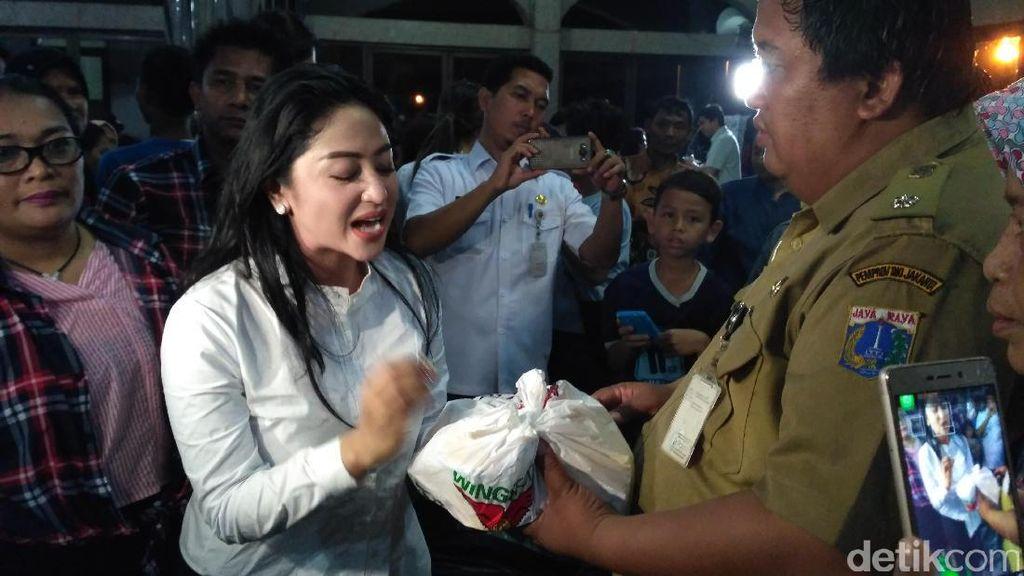 Cathy Sharon dan Dewi Perssik Tengok Korban Banjir Cipinang Melayu