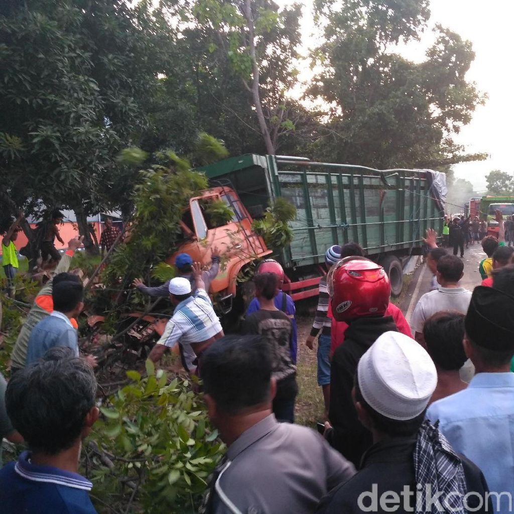 Truk Kecelakaan di Situbondo, Pasutri Tertimbun Ribuan Botol