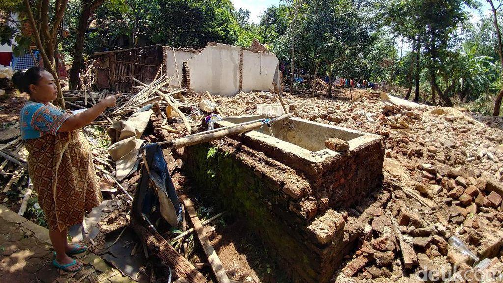 Tanah Bergerak, 4 Rumah Ambruk dan Puluhan Retak di Greged Cirebon