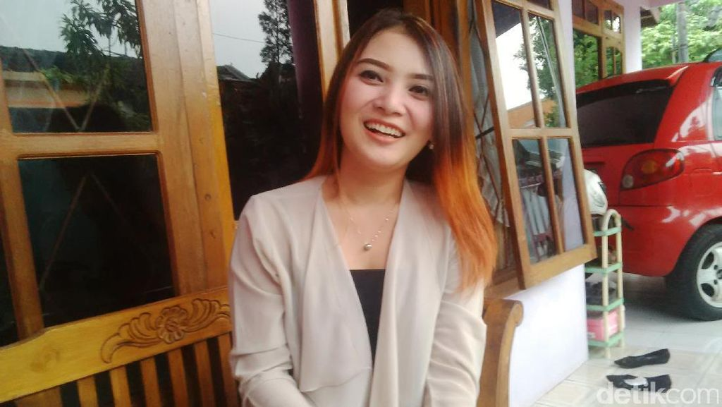 Kenalan dengan Wulan, Si Cantik Korban Banjir yang Jadi Viral