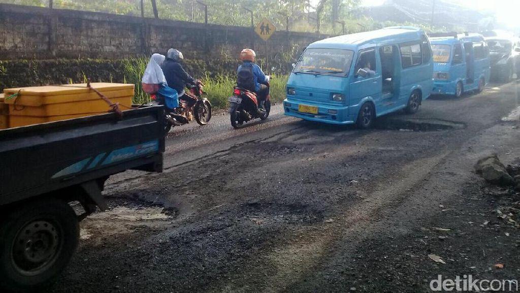 Berlubang, Ruas Jalan Cikembar Sukabumi Kerap Sebabkan Kecelakaan