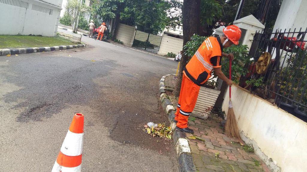 Ini Dadan, Pasukan Oranye yang Menyelam ke Got Hitam Jakarta