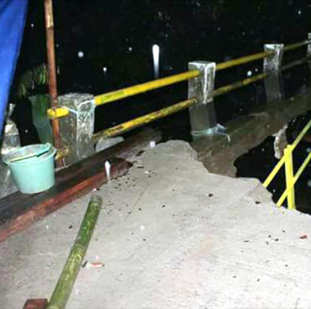 Jembatan Darurat Penghubung Dua Desa di Sukabumi Ambruk
