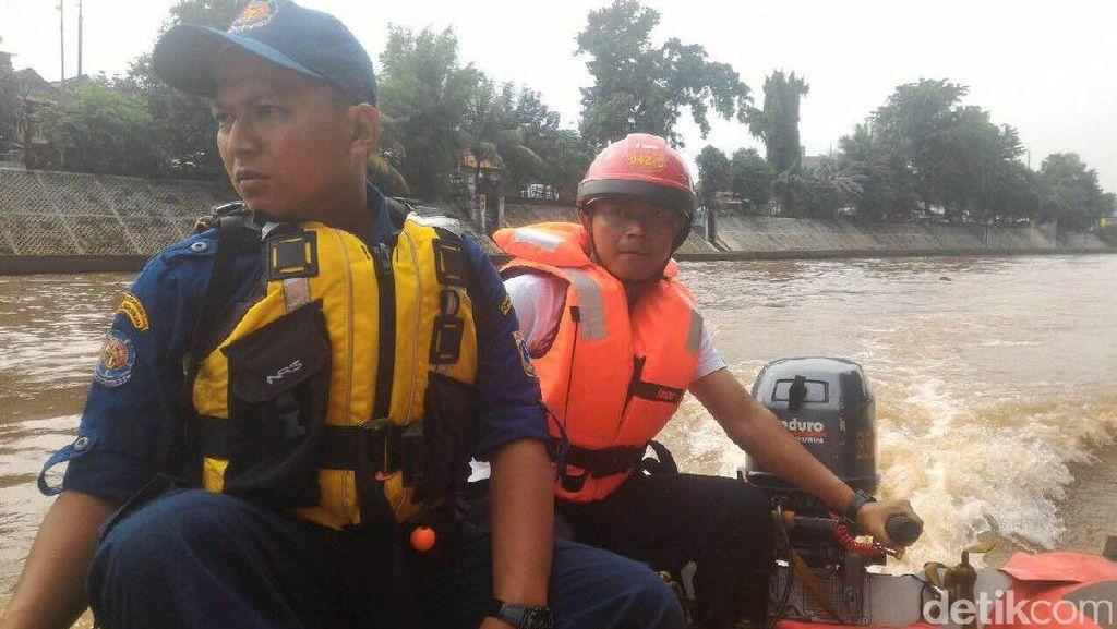 Petugas Masih Cari Anak yang Hanyut di Sungai Ciliwung