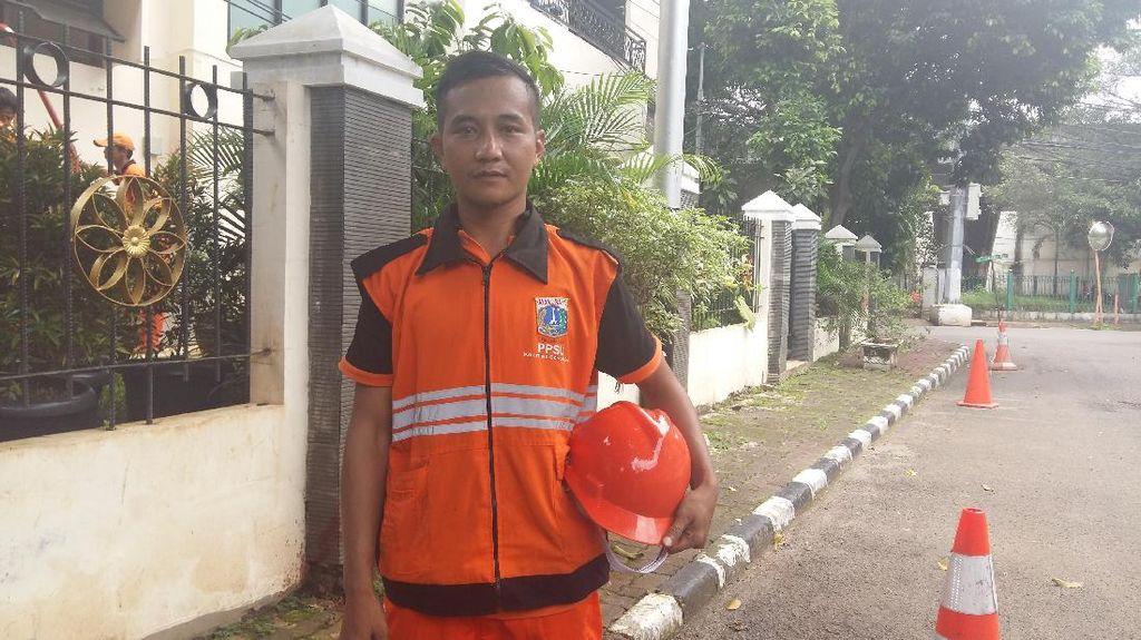 Bagaimana Rasanya Menyelam di Got Hitam Jakarta? Dadan: Senang