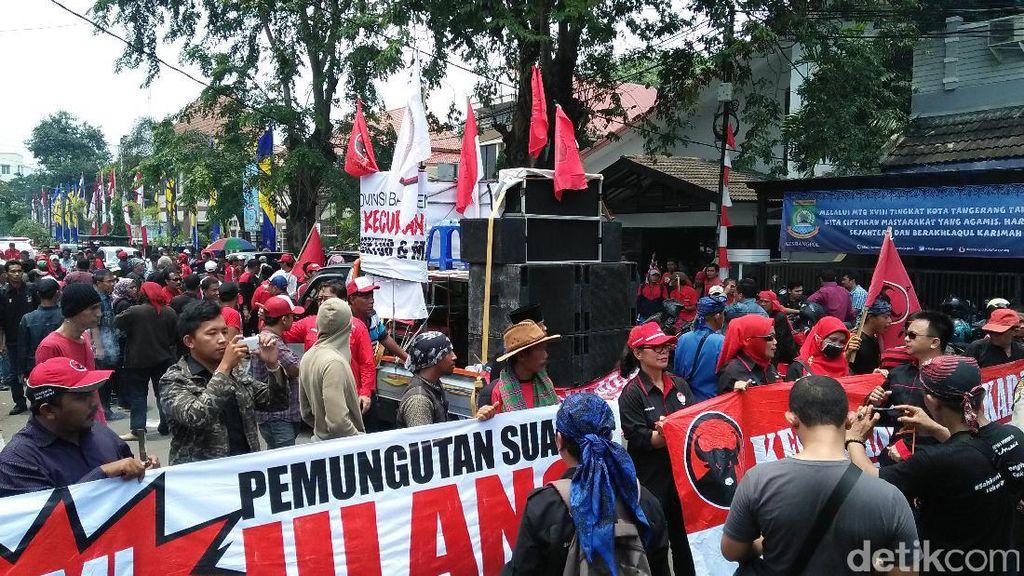 Massa Pendukung Rano-Embay Datangi Kantor KPU Kota Tangerang