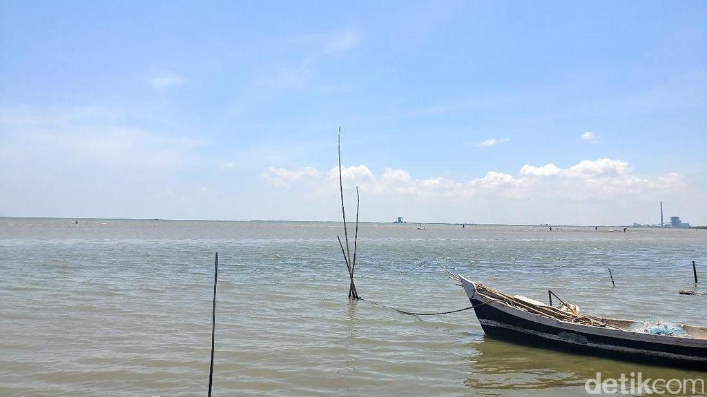 Pantai Kejawanan & Mitos Air Laut Penyembuh Stroke