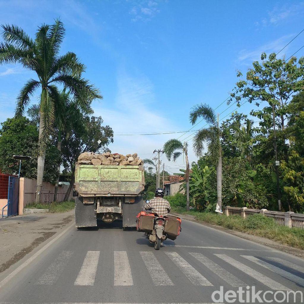 Ngeri, Truk Bermuatan Penuh Batu di Cirebon Ini Sangat Membahayakan