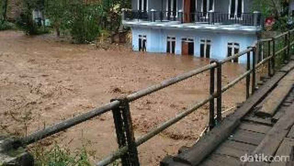 Banjir Terjang Bandung Barat, BPBD Cek Kerusakan Jembatan