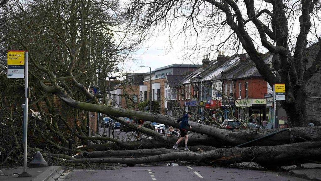 Badai Doris Menerjang Inggris, 1 Wanita Tewas