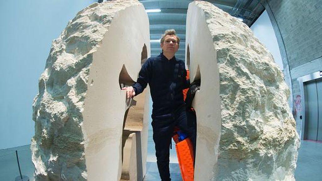Aksi Seniman  Prancis Dimakamkan dalam Batu Kapur