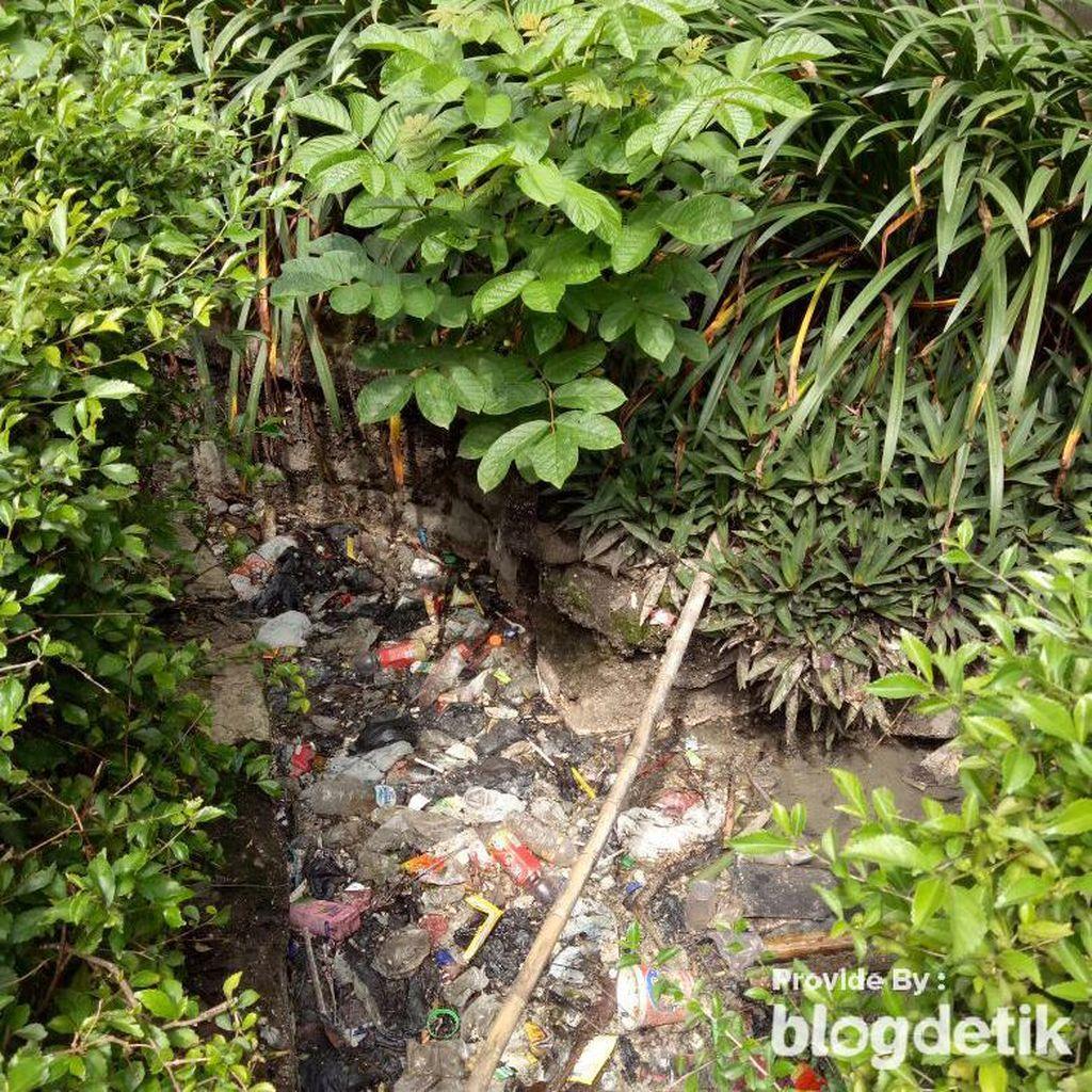 Tak Jauh dari Balai Kota Bandung, Selokan Ini Bau dan Penuh Sampah