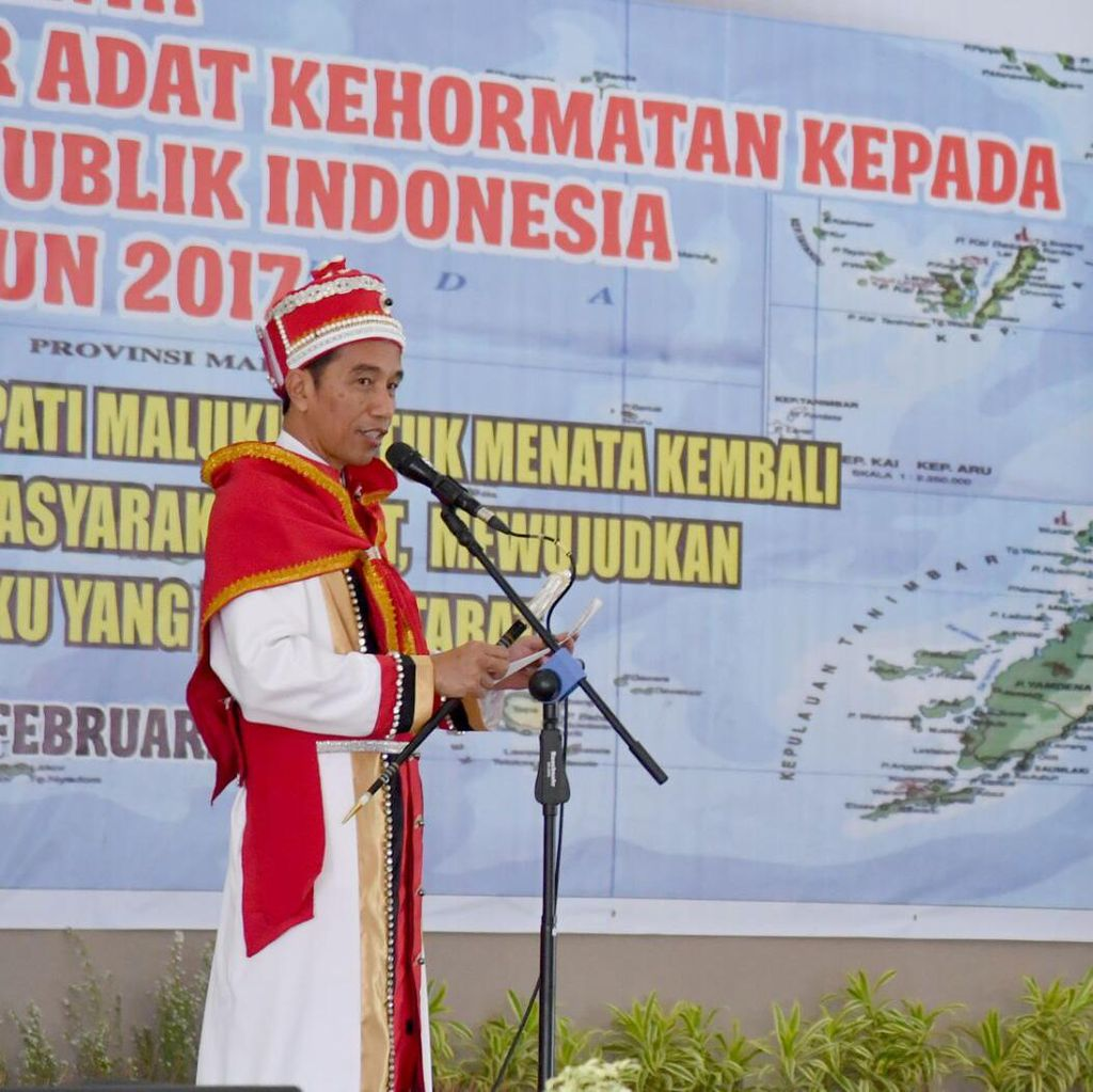 Terima Gelar Pemimpin Besar Maluku, Jokowi Kenakan Jubah