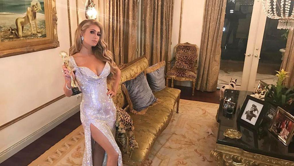 Glamour, Paris Hilton Pakai Gaun Bertabur Swarovski Seharga Rp 3,6 M