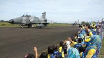Warga Dihibur Atraksi Pesawat Tempur di Aceh Air Show
