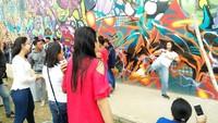 Selain itu ada juga dinding RTH yang dipenuhi dengan street art. Instagenic banget buat latar foto (Bonauli/detikTravel)