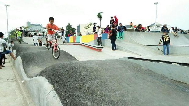 Lapangan 3D yang digunakan untuk bermain sepeda dan skateboard