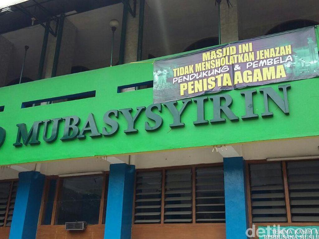 Spanduk Tolak Salatkan Jenazah Terpasang di 3 Masjid di Karet Jaksel