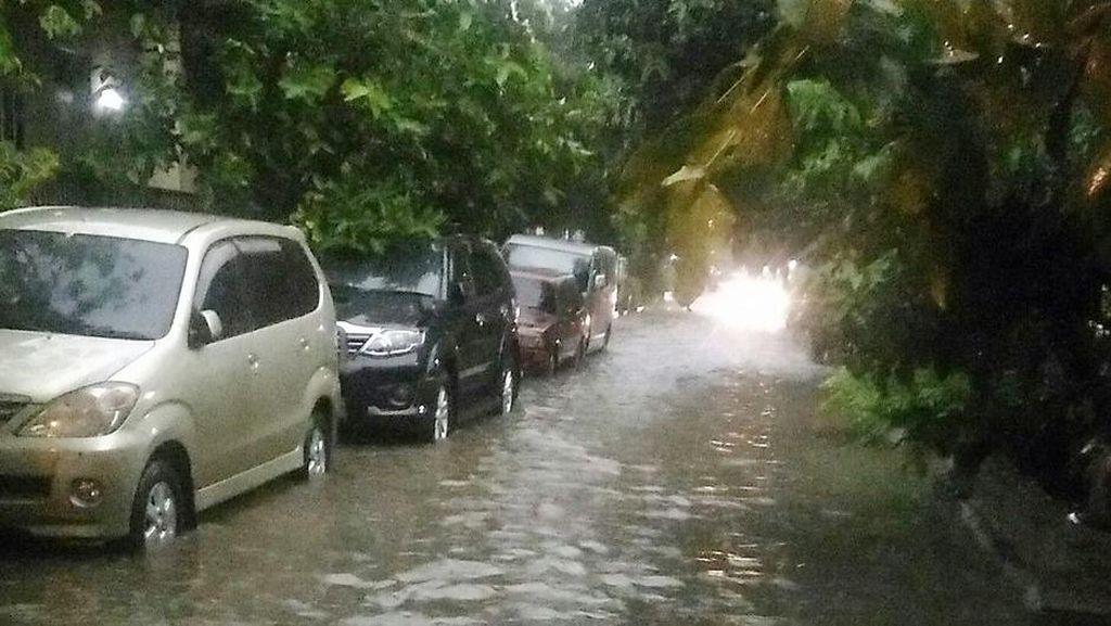 Ada Genangan di Jalan Borneo Depok, Kendaraan Masih Bisa Melintas