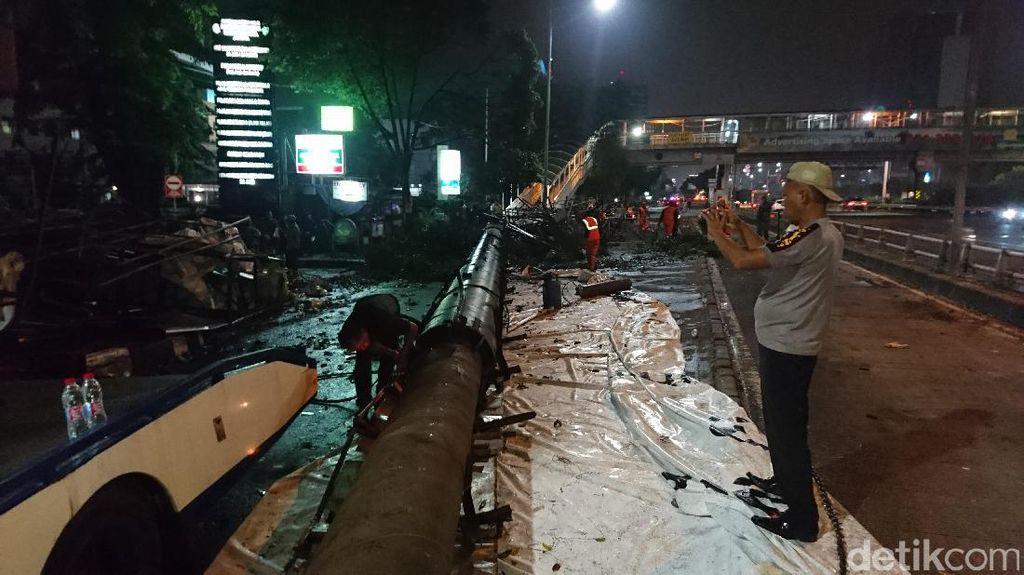 Baliho Roboh di Depan RS Harapan Kita, Lalin Ditutup Sementara